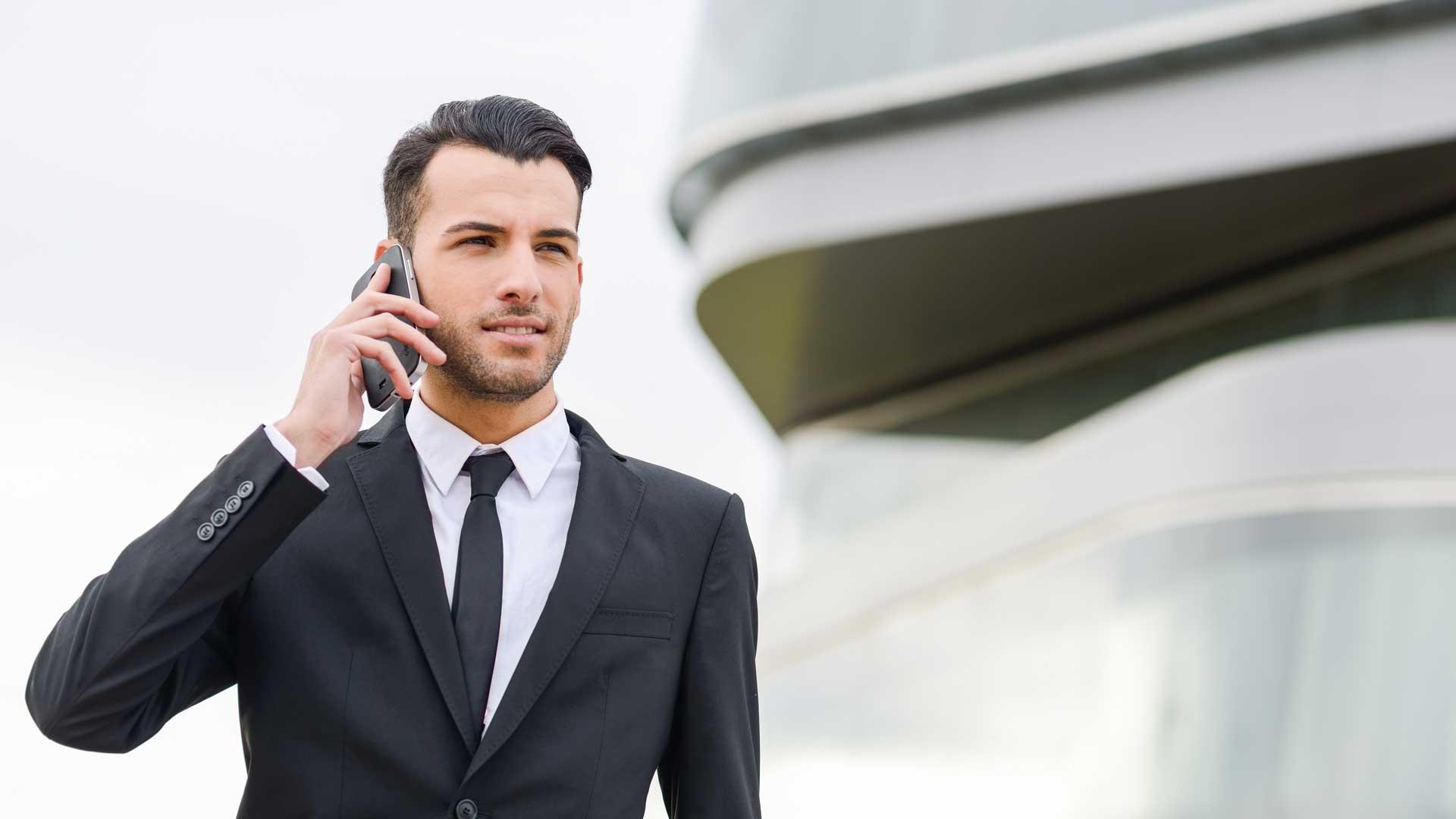 muškarac drži mobitel u ruci