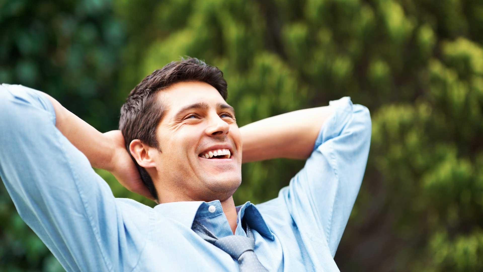 muškarac koji se smije