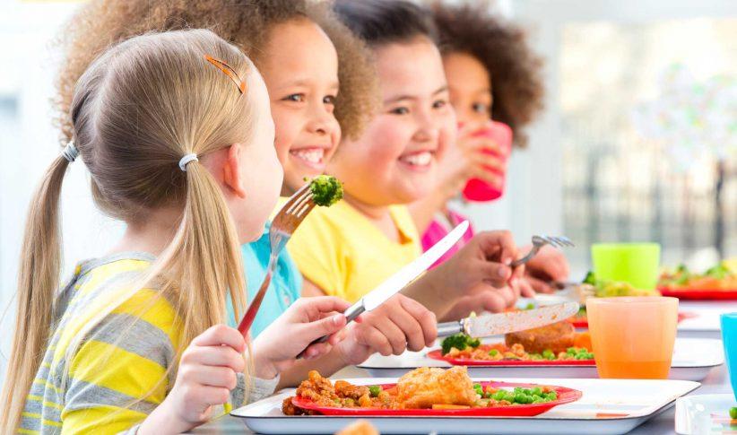 djeca jedu prženu hranu