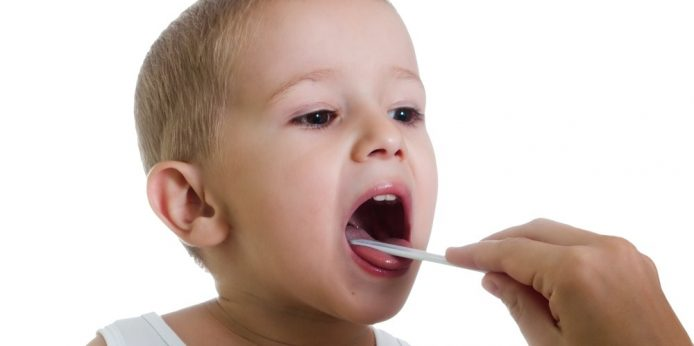 dijete na pregledu grla